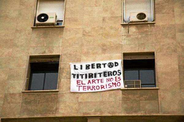 Pancarta colgada en las ventanas de la sede de CNT Almería